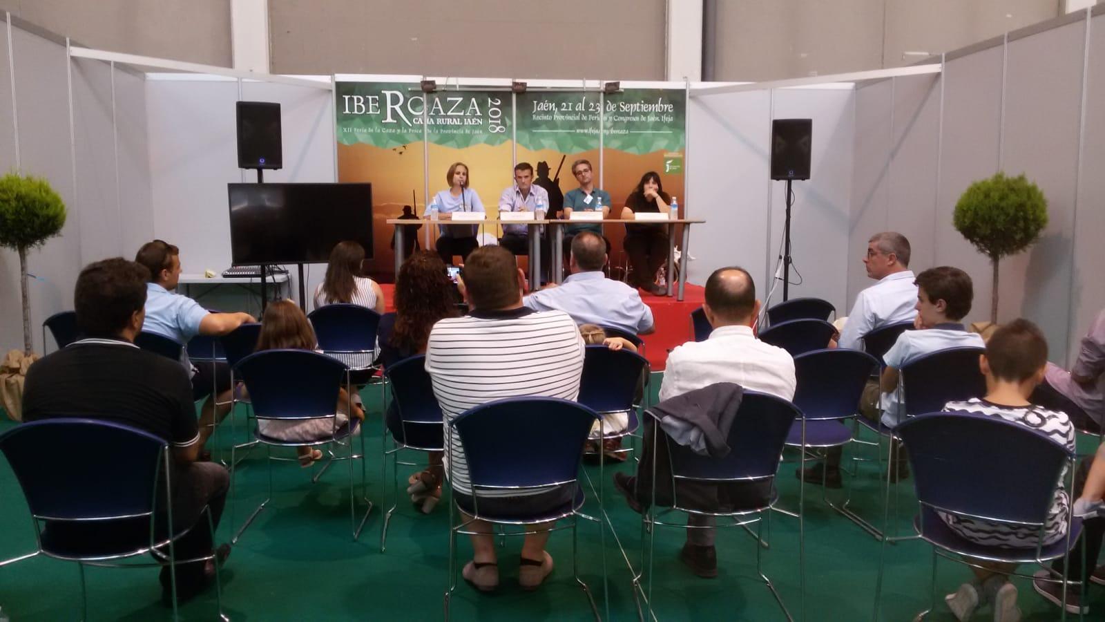 """Mesa redonda en Ibercaza """"El lobo y Sierra Morena: una coexistencia necesaria"""""""